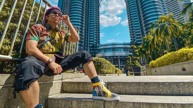 Gaya Atta Halilintar saat berlibur di Kuala Lumpur, Malaysia ini juga curi perhatian. Penampilannya yang terkesan santai namun tetap stylish ini pun mengundang komentar netizen. (Liputan6.com/IG/@attahalilintar)