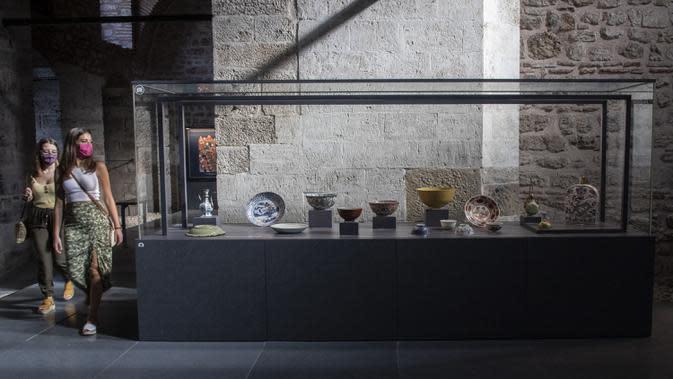 Orang-orang mengunjungi pameran porselen China di Museum Istana Topkapi, Istanbul, Turki, 2 Oktober 2020. Museum Istana Topkapi memamerkan hampir 12.000 buah koleksi porselen China, menyuguhkan kronologi lengkap sejarah evolusi porselen China dari abad ke-13 hingga ke-19. (Xinhua/Osman Orsal)