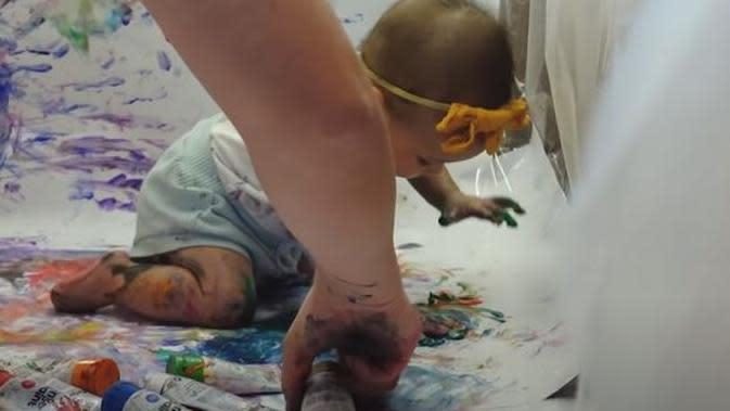 Shandy Aulia ajak Claire belajar sambil bermain warna. (Sumber: YouTube/Shandy Aulia)