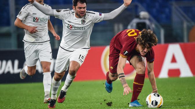 Gelandang AS Roma, Nicolo Zaniolo, berusaha melewati bek Wolfsberg, Nemanja Rnic, pada laga Liga Europa di Stadion Olimpico, Roma, Rabu (12/12). Kedua klub bermain imbang 2-2. (AFP/Filippo Monteforte)