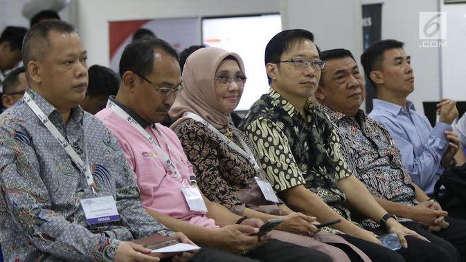 Direktur Emtek Group Yuslinda Nasution (tengah) menghadiri acara Indonesia Long Range Conference (IDLoRaCon) 2019 di Function Hall Studio 6 Emtek City, Jakarta, Rabu (14/8/2019). IDLoRaCon membahas seputar hal-hal yang berhubungan dengan Internet of Things (IoT). (Liputan6.com/Herman Zakharia)