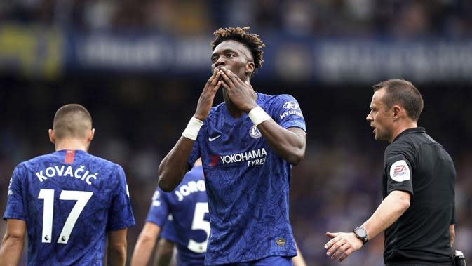 Striker Chelsea, Tammy Abraham, merayakan gol yang dicetaknya ke gawang Sheffield United pada laga Premier League di Stadion Stamford Bridge, London, Sabtu (31/8). Kedua klub bermain imbang 2-2. (AP/John Walton)