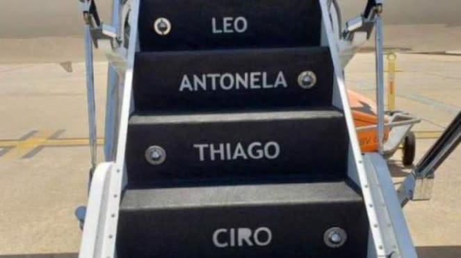 Nama Messi dan keluarganya di tangga jet pribadi