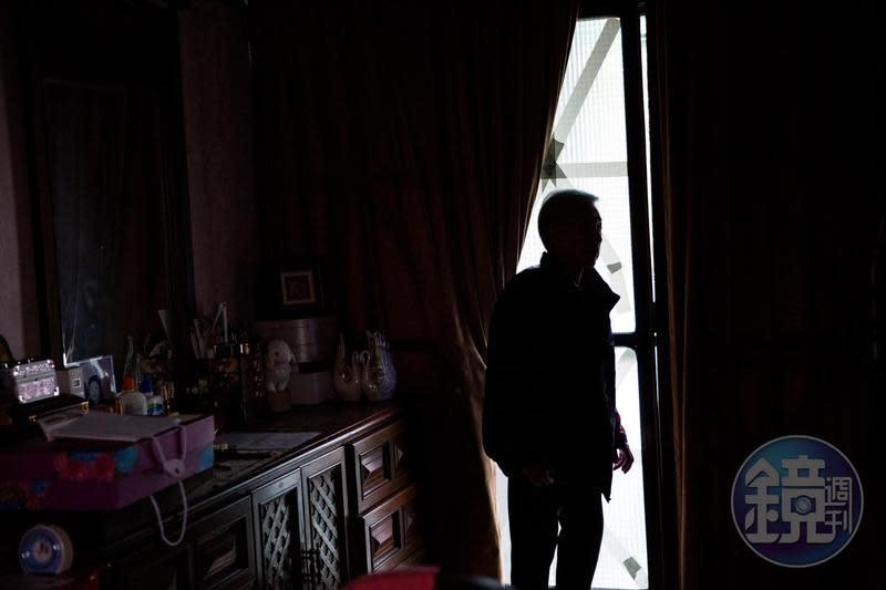 張婦與小女兒面對銀行無端追償債務,已孤立無援。
