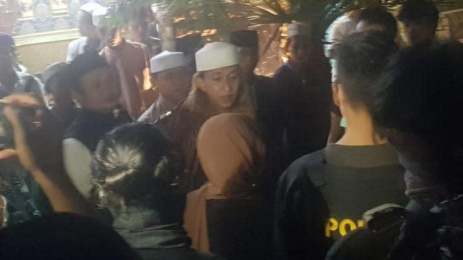 Bahar bin Smith dijemput petugas untuk dibawa ke Lapas Gunung Sindur, Selasa (19/5/2020). (foto: dokumentasi Humas Ditjen PAS Kemenkumham)