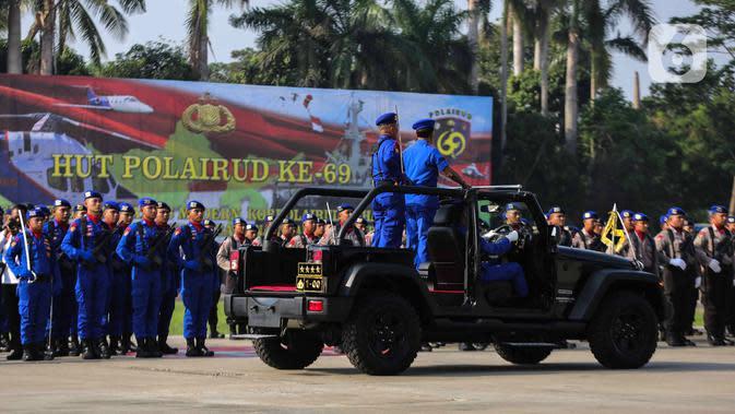 Kapolri Jenderal Idham Azis mengecek pasukan saat upacara HUT ke-69 Polairud di Mako Polairud, Pondok Cabe, Tangerang, Banten, Rabu (4/12/2019). HUT bertema 'SDM Unggul dengan Almatsus Modern, Korpolairud Baharkam Polri Siap Menjaga Stabilitas Keamanan Dalam Negeri'. (Liputan6.com/Faizal Fanani)