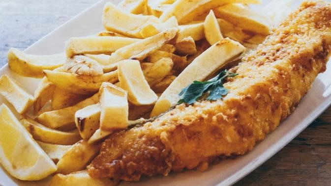 Fish and chips vegan yang terbuat dari bunga pisang, salah satu sajian andalan di restoran Sutton and Sons yang terletak di London, Inggris. (dok. Instagram @suttonandsons/https://www.instagram.com/p/B6239o9noSo/Putu Elmira)