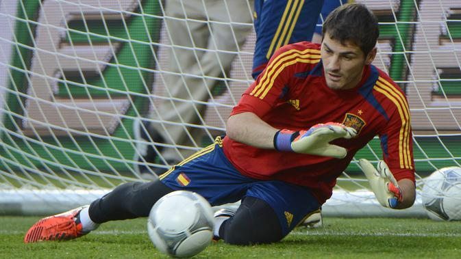Kiper Spanyol Iker Casillas berlatih selama sesi pelatihan jelang pertandingan final Euro di Stadion Olimpiade di Kiev pada 30 Juni 2012. Pria 39 tahun itu mengabarkan pengumuman pensiunnya tersebut melalui surat yang diunggahnya di akun Twitter miliknya. (AFP/PIERRE-PHILIPPE MARCOU)