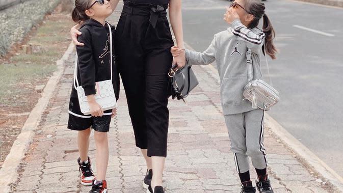 Momen-momen Ririn Dwi Arianti Mengasuh Anak. (Sumber: Instagram @ririndwiariyanti)