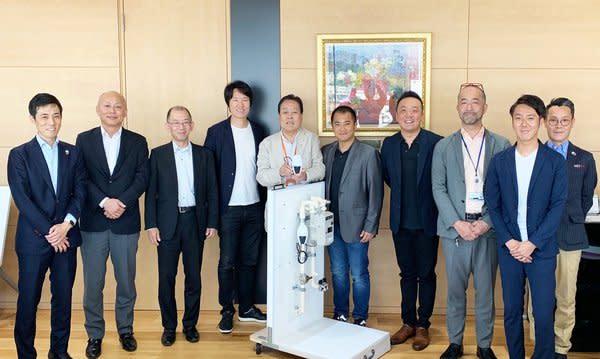 左起:Kenji Iwamura – NICIGAS 能源商業部門經理,Masahiro Mukai - NICIGAS 行銷總監,Junichi Morishita – NICIGAS 行銷總監,Ken Tamagawa – SORACOM 執行長暨創辦人,Shinji Wada – NICIGAS 總裁,Henri Bong – UnaBiz 執行長暨共同創辦人,Philippe Chiu – UnaBiz 技術長暨共同創辦人,Yuki Matsuda – NICIGAS 資訊長,Naoto Namekawa – SORACOM 銷售經理,以及 Ryuichi Nagashima – NICIGAS 設計總負責人