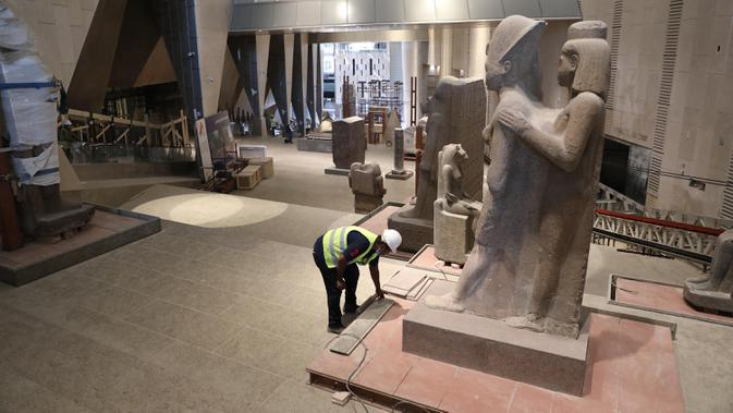 Para pekerja terlihat di lokasi pembangunan Museum Besar Mesir di Giza, 25 Agustus 2020. Mesir menerima 126.000 wisatawan sejak negara itu membuka kembali resor tepi lautnya untuk penerbangan internasional dan turis mancanegara pada 1 Juli, setelah ditutup akibat COVID-19. (Xinhua/Ahmed Gomaa)