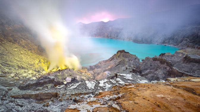 Kawah Ijen menjadi perhatian utama Banyuwangi karena merupakan magnet wisata Banyuwangi.