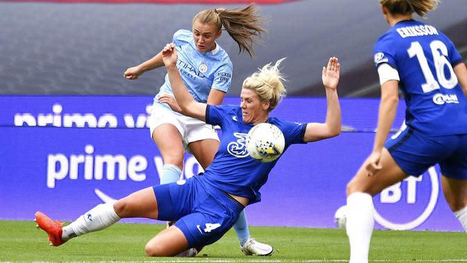 Pemain Chelsea, Millie Bright, berebut bola dengan pemain Manchester City, Georgia Stanway, pada laga FA Women's Community Shield di Stadion Wembley, Sabtu (29/8/2020). Chelsea menang 2-0 atas Manchester City. (Justin Tallis/Pool via AP)
