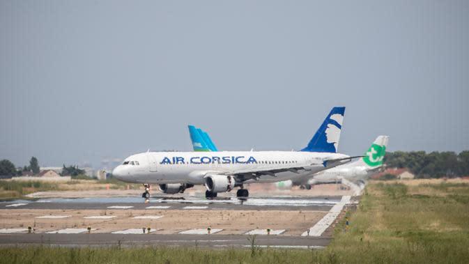 Pesawat maskapai Air Corsica mendarat di Bandara Orly Paris, Prancis (26/6/2020). Bandara Paris Orly dibuka kembali mulai Jumat (26/6) dengan layanan terbatas setelah hampir tiga bulan ditutup karena krisis kesehatan akibat pandemi COVID-19. (Xinhua/Aurelien Morissard)