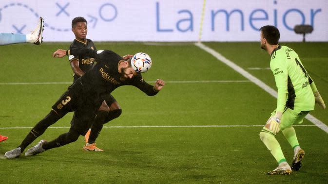 Bek Barcelona, Gerard Pique, berusaha mencetak gol ke gawang Celta Vigo pada laga lanjutan Liga Spanyol di Stadion Balaidos, Jumat (2/10/2020) dini hari WIB. Barcelona menang 3-0 atas Celta Vigo. (AFP/Miguel Riopa)