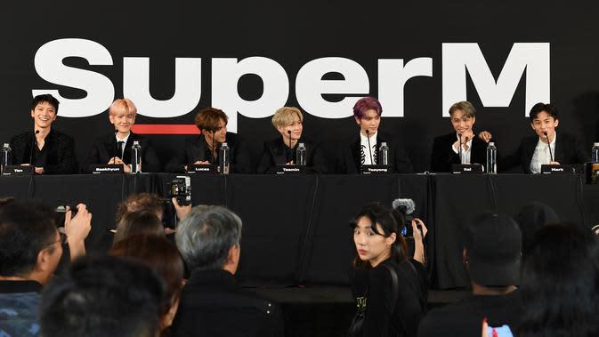Grup idola K-Pop, SuperM saat konferensi pers di Capitol Records Tower, Hollywood pada Kamis (3/10/2019). SuperM beranggotakan Taemin SHINee, Baekhyun daEXO, Mark dan Taeyong NCT, serta Lucas dan Ten WayV. (VALERIE MACON/AFP)n Kai