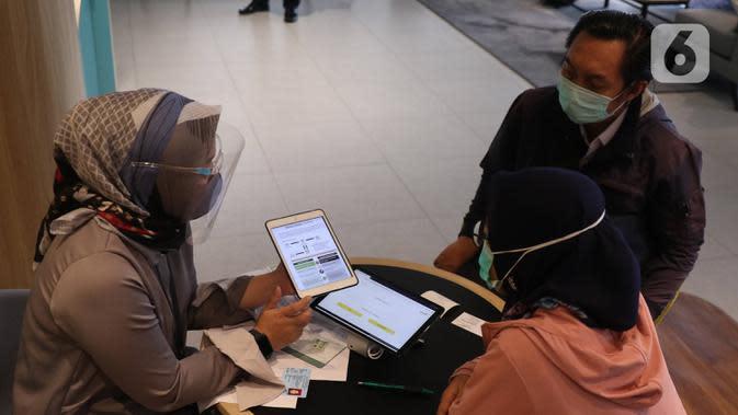 Nasabah memanfaatkan layanan digital bank melalui layanan Mandiri Syariah Mobile di Jakarta, Rabu (8/7/2020). Hingga Juni 2020, Mandiri Syariah mencatatkan pengguna layanan Mandiri Syariah Mobile sejumlah 1,3 jt user naik lebih dari 45% dari tahun sebelumnya. (Liputan6.com/Angga Yuniar)