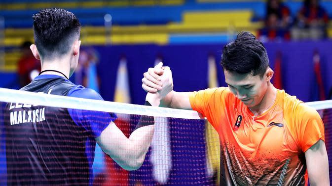 Jonatan Christie bersalaman dengan pemain Malaysia, Lee Zii Jia, setelah final beregu putra SEA Games 2019, Rabu (4/12/2019). (PBSI)