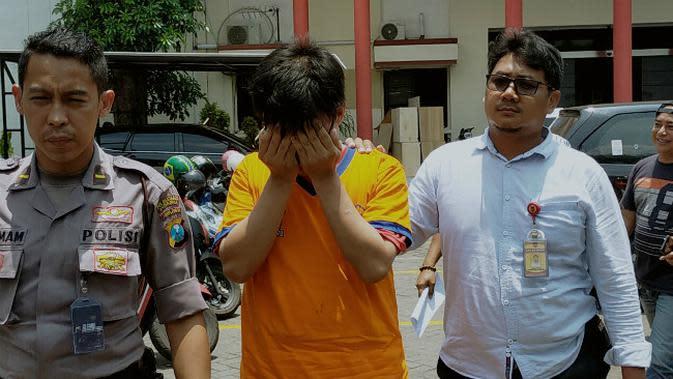 Polrestabes Surabaya mengungkap kasus dugaan pencabulan oknum guru terhadap muridnya di Surabaya, Jawa Timur. (Foto: Liputan6.com/Dian Kurniawan)