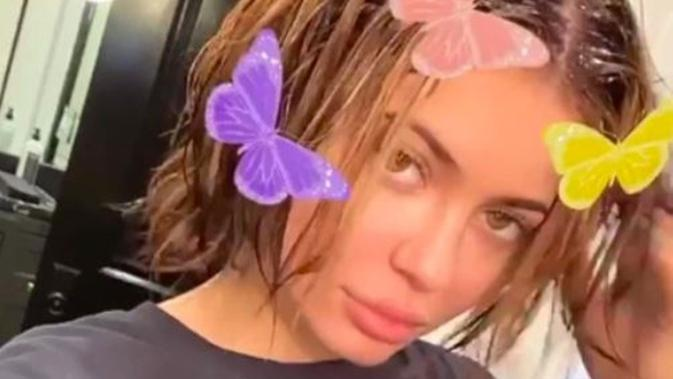 Kylie Jenner pamer rambut asli tanpa wig maupun extension. (dok. screenshot Instagram Story @kyliejenner)