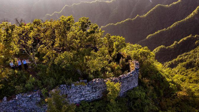 Foto dari udara pada 29 Juni 2020 menunjukkan pemandangan peninggalan kompleks desa kuno di Minzhu, sebuah kota di Wilayah Langao, Provinsi Shaanxi, China. Terletak di daerah pegunungan di Gunung Bashan, peninggalan kompleks desa tersebut berasal dari masa Dinasti Ming (1368-1644). (Xinhua/Tao Ming)