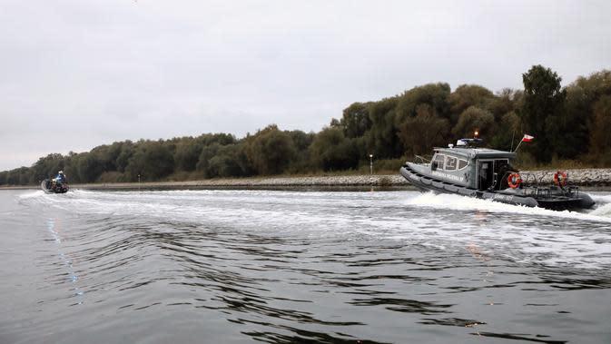 Penyelam Angkatan Laut Polandia menavigasi di jalur pengiriman dalam perjalanan mereka untuk menjinakkan bom Tallboy, bom terbesar Perang Dunia II, di Swinoujscie, Polandia (13/10/2020). (HANDOUT/POLISH NAVY -- 8TH COASTAL DEFENCE FLOTILLA/AFP)