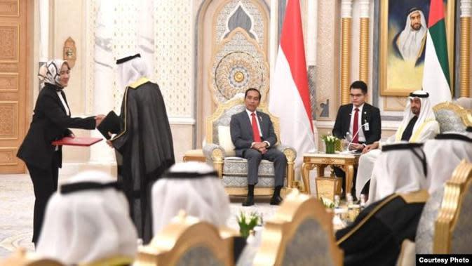 Presiden Jokowi dan Pengran Mohamed bin Zayed menyaksikan pertukaran dokumen perjanjian kerjasama di Istana Qasr Al Watan, Minggu (12/1). (Dok: Setpres RI).