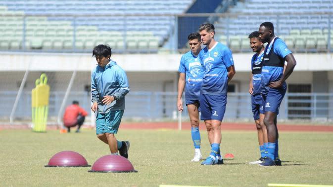 Pelatih fisik Persib Bandung Yaya Sunarya memberikan instruksi latihan kepada para penggawa Maung Bandung dalam sesi latihan di Stadion Gelora Bandung Lautan Api, Senin (31/8/2020). (Foto: MO Persib Bandung)