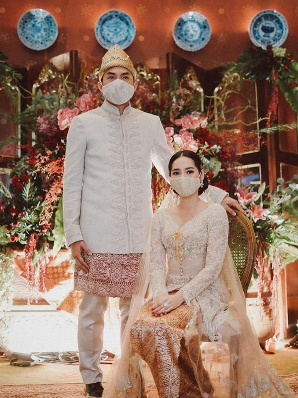 Berdasarkan siaran pers yang diterima Fimela.com, Niken dan Adimaz hanya melangsungkan akad nikah dan setelahnya makan bersama keluarga besar kedua mempelai. Terlihat dalam fotonya, Niken dan Adimaz juga mengenakan masker. (Instagram/armanfebryan)
