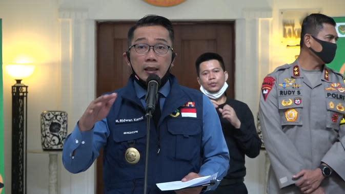 Gubernur Jawa Barat Ridwan Kamil saat menyampaikan keterangan kepada pers terkait perkembangan penanganan virus Corona (Covid-19) di Gedung Sate, Senin (8/6/2020). (Liputan6.com/Huyogo Simbolon)