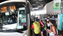 數以百計市民排巴士入大澳 東薈城人潮不斷
