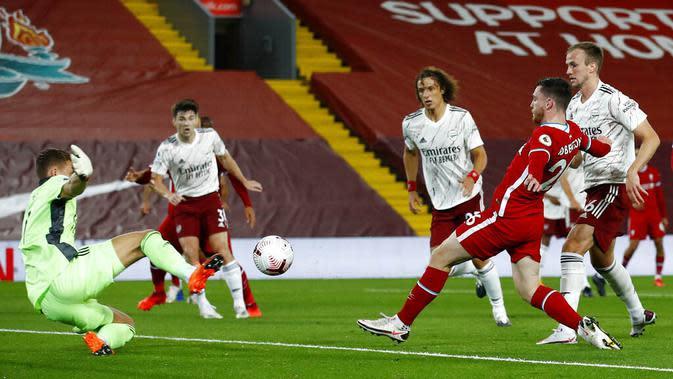 Pemain Liverpool, Andrew Robertson, mencetak gol ke gawang Arsenal pada laga Liga Inggris di Stadion Anfield, Senin (28/9/2020). Liverpool menang dengan skor 3-1. (Jason Cairnduff/Pool via AP)