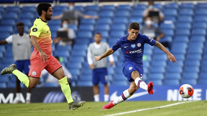 Gelandang Chelsea, Christian Pulisic, mencetak gol ke gawang Manchester City pada laga Premier League di Stadion Stamford Bridge, Kamis (25/6/2020). Chelsea menang 2-1 atas Manchester City. (AP Photo/Adrian Dennis)