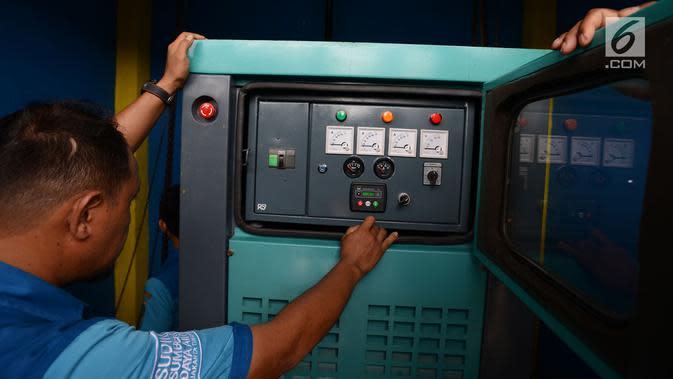 Petugas Sudin Sumber Daya Air (SDA) Jakarta Timur mengecek pompa air di Kampung Pulo, Jakarta, Rabu (23/1). Pengecekan ini dilakukan untuk mengantisipasi banjir dan genangan. (Merdeka.com/Imam Buhori)