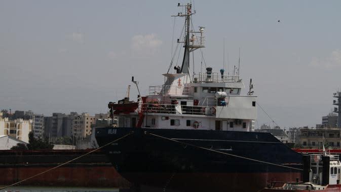Sebuah kapal tertambat di Pelabuhan Tripoli, Lebanon, Kamis (6/8/2020). Pelabuhan Tripoli menyatakan kesiapannya untuk menggantikan sementara Pelabuhan Beirut yang diguncang dua ledakan dahsyat pada 4 Agustus lalu. (Xinhua/Khalid)