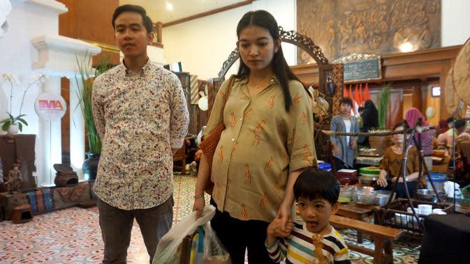 Gibran Rakabuming dan Selvi Ananda mengajak putranya Jan Ethes saat mengunjungi acara Traditional Dessert Festival di The Sunan Hotel Solo.(Liputan6.com/Fajar Abrori)
