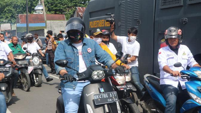 Saat tiba di Kantor KPU Medan, Jalan Kejaksaan, Bobby-Aulia tampak kompak mengenakan celana jins dan jaket denim dipadukan t-shirt putih serta mengendarai sepeda motor.