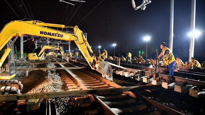 Para pekerja jalur kereta bekerja di lokasi konstruksi kereta cepat Hefei-Anqing, Provinsi Anhui, China, 25 Agustus 2020. Pengujian penerimaan proyek itu akan dimulai pada September mendatang. (Xinhua/Liu Junxi)