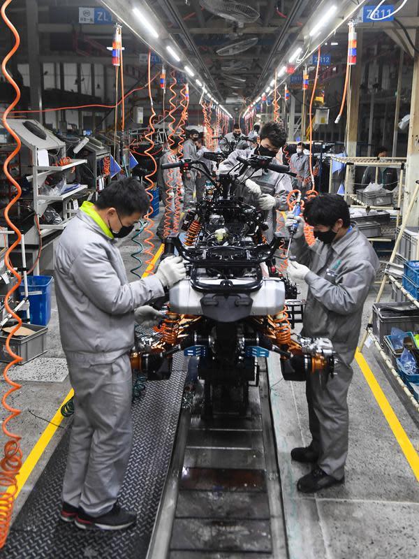 Aktivitas pekerja Zhejiang CFMOTO Power Co. Ltd. di Hangzhou, Provinsi Zhejiang, China, Rabu (12/2/2020). Di bawah arahan dan dukungan otoritas setempat, banyak perusahaan di Zhejiang kembali beroperasi setelah melakukan pencegahan dan pengendalian wabah virus corona. (Xinhua/Xu Yu)