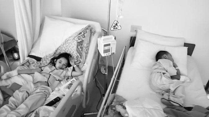 Dalam akun instagram @zaskiadyamecca, istri sutradara kondang itu mengabarkan bahwa keempat anak serta dirinya harus dirawat selama tiga hari akibat demam tinggi. (Instagram/hanungbramantyo)