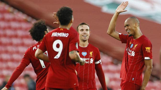 Gelandang Liverpool, Fabinho, melakukan selebrasi usai membobol gawang Crystal Palace pada laga Premier League di Stadion Anfield, Rabu (24/6/2020). Liverpool menang dengan skor 4-0. (AP/Phil Noble)