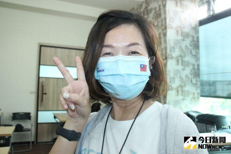 ▲業者推出客製化圖案口罩,有迎接光輝十月的中秋口罩、「I Love Taiwan國旗口罩」。(圖/記者陳雅芳攝,2020.09.25)