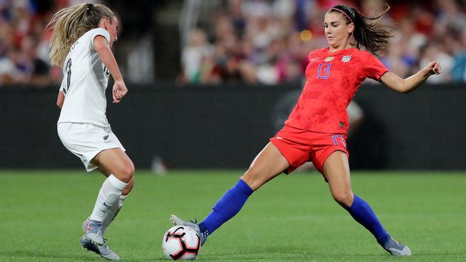 Penyerang Timnas Amerika Serikat, Alex Morgan, berebut bola dengan pemain timnas New Zealand di Busch Stadium pada 16 Mei 2019. (AFP/Elsa/Getty Images)