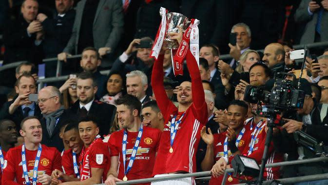 Penyerang Manchester United, Zlatan Ibrahimovic mengangkat Piala Liga Inggris, setelah mengalahkan Southampton dalam pertandingan final di Stadion Wembley, London, (27/2). Ibrahimovic mencetak dua gol di pertandingan ini. (AFP Photo/Ian Kington)