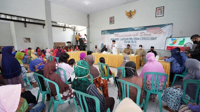 Bupati Banyuwangi Abdullah Azwar Anas menyerahkan BST Kemensos di Kantor Desa Ketapang, Kecamatan Kalipuro, Banyuwangi.