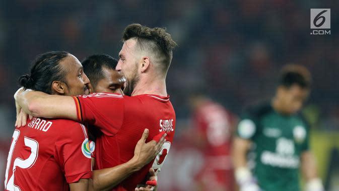 Pemain Persija, Marko Simic memeluk Rohit Chand saat merayakan gol yang dicetaknya ke gawang Tampines Rovers pada penyisihan grup H Piala AFC 2018 di Stadion GBK, Jakarta, Rabu (28/2). Persija unggul 4-1. (Liputan6.com/Helmi Fithriansyah)