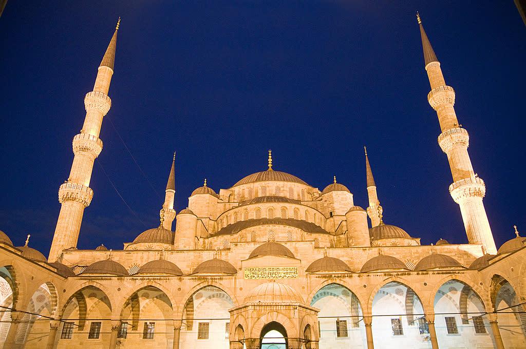 Sultanahmet Camii, juga dikenali sebagai Blue Mosque, di antara masjid yang paling mashyur di Turki. Pembinaannya mengambil masa tujuh tahun, dari 1609 hingga 1616. Seni bina masjid ini dipengaruhi unsur-unsur Ottoman dan Byzantine.