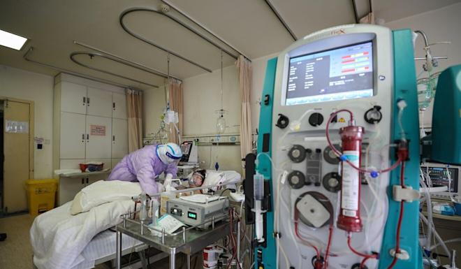 A patient in Wuhan receives treatment through extracorporeal membrane oxygenation (ECMO), also known as 'artificial lungs'. Photo: AFP