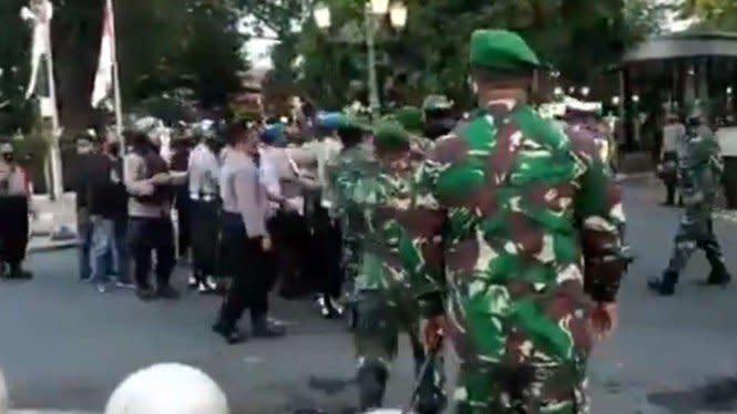 Viral Momen TNI Selamatkan Pendemo