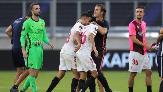 Pelatih Sevilla, Julen Lopetegui, merayakan kemenangan timnya atas AS Roma dalam laga babak 16 besar Liga Europa 2019/2020 di MSV-Arena, Jerman, Jumat (7/8/2020) dini hari WIB. Sevilla menang 2-0 atas AS Roma. (AFP/Friedemann Vogel/pool)